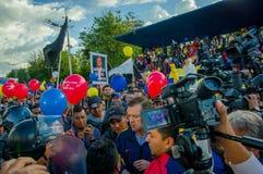 Quito, Equateur - 7 avril 2016 : Le Chef d'opposition de plan rapproché Andres Paez entouré par les personnes, la police et les j Images stock