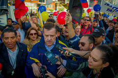 Quito, Equateur - 7 avril 2016 : Le Chef d'opposition de plan rapproché Andres Paez entouré par les personnes, la police et les j Photo stock