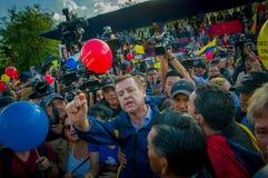 Quito, Equateur - 7 avril 2016 : Le Chef d'opposition de plan rapproché Andres Paez entouré par les personnes, la police et les j Photographie stock