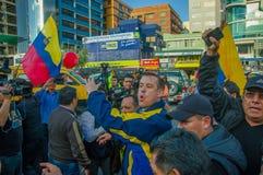 Quito, Equateur - 7 avril 2016 : Le Chef d'opposition de plan rapproché Andres Paez entouré par les personnes, la police et les j Image libre de droits