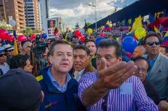 Quito, Equateur - 7 avril 2016 : Le Chef d'opposition de plan rapproché Andres Paez entouré par les personnes, la police et les j Photo libre de droits