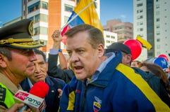 Quito, Equateur - 7 avril 2016 : Le Chef d'opposition de plan rapproché Andres Paez sorrounded par les personnes, la police et le Images stock