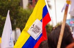 Quito, Equateur - 7 avril 2016 : Le plan rapproché d'un drapeau équatorien holded par une personne, réclamant pour la liberté et  Photographie stock