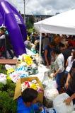 Quito, Equateur - avril, 17, 2016 : Les citoyens non identifiés de Quito fournissant le secours en cas de catastrophe arrosent po Photo stock