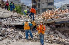 Quito, Equateur - avril, 17, 2016 : Personnes non identifiées travaillant au-dessus d'une maison détruite par tremblement de terr Image stock