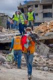 Quito, Equateur - avril, 17, 2016 : Personnes non identifiées travaillant au-dessus d'une maison détruite par tremblement de terr Photo stock