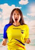 QUITO, EQUATEUR -8 EN OCTOBRE 2016 : Jeune femme d'ecuadorian portant l'appareil-photo debout de revêtement de marathon de chemis Photo libre de droits