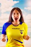 QUITO, EQUATEUR -8 EN OCTOBRE 2016 : Jeune femme d'ecuadorian portant l'appareil-photo debout de revêtement de marathon de chemis Photos libres de droits