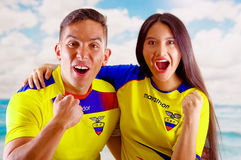 QUITO, EQUATEUR -8 EN OCTOBRE 2016 : Jeunes couples d'ecuadorian portant l'appareil-photo debout de revêtement de marathon de che Photographie stock