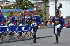 QUITO, EQUATEUR - 28 JANVIER 2016 : Gardes non identifiées en mars pendant le changement du tour du palais présidentiel Image stock