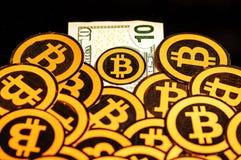 Quito, Equateur - 31 janvier 2018 : Vue d'intérieur de beaucoup de logos d'or de Bitcoin au-dessus d'un billet de dix dollars Bit image libre de droits