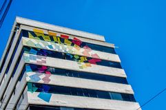 Quito, Equateur - 2 janvier 2017 : Vue extérieure d'un bâtiment énorme avec les couleurs de la production de touristes dans un be Photographie stock libre de droits