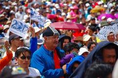 QUITO, EQUATEUR - 7 JUILLET 2015 : Au milieu de mille personnes, un grand homme avec la traction bleue est prière, tenant une ves Images libres de droits