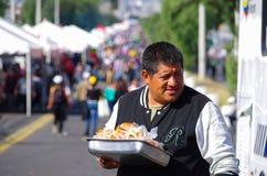 Quito, EQUATEUR - 7 juillet 2015 : Homme non identifié vendant des sandwichs dans la masse de pape Francis La nourriture de rue e Images stock