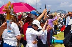 QUITO, EQUATEUR - 7 JUILLET 2015 : Les gens soulevant ses mains pour recevoir des bénédictions de pape Francisco dans son de mass Photo libre de droits
