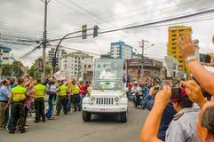 QUITO, EQUATEUR - 7 JUILLET 2015 : Pape bienvenu Francsico vers l'Equateur, les gens sur les rues essayant de le voir et toucher Photographie stock libre de droits