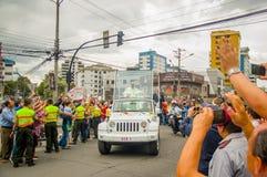 QUITO, EQUATEUR - 7 JUILLET 2015 : Un bon nombre de gens comptant dire bonjour à pape Francisco en Equateur, papamobile Photos libres de droits