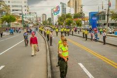 QUITO, EQUATEUR - 7 JUILLET 2015 : Un bon nombre de gens comptant voir pape Francisco à Quito, police sur la rue Image stock