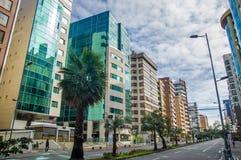 QUITO, EQUATEUR - 7 JUILLET 2015 : Voisinage de message publicitaire et d'affaires dans le nord de la ville, avenue gentille avec Photo libre de droits