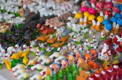 QUITO, EQUATEUR 7 MAI 2017 : Beaux petits chiffres des animaux de ferme faits d'argile au-dessus d'une table blanche Photographie stock libre de droits