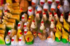 QUITO, EQUATEUR 7 MAI 2017 : Beaux petits chiffres des poules, des canards et du cygne faits d'argile au-dessus d'une table blanc Photos libres de droits