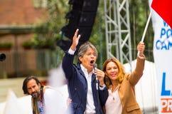 Quito, Equateur - 26 mars 2017 : Guillermo Lasso, candidat présidentiel d'alliance de CREO SUMA avec son épouse pendant Image stock