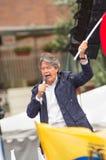 Quito, Equateur - 26 mars 2017 : Guillermo Lasso, candidat présidentiel de l'alliance de CREO SUMA tenant l'équatorien Images stock