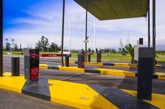 Quito, Equateur - 23 novembre 2017 : Fermez-vous du péage au pénétrer dans de l'aéroport international de sucre de Mariscal de la Photographie stock