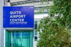 Quito, Equateur - 23 novembre 2017 : Fermez-vous du signe instructif du centre d'aéroport de Quito écrit avec les lettres blanche Images libres de droits