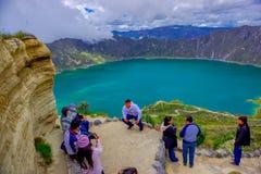 QUITO, EQUATEUR - NOVEMBRE, 25 2016 : Personnes non identifiées prenant des photos et appréciant la vue du lac avec un beau Photos stock