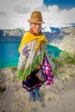 QUITO, EQUATEUR - NOVEMBRE, 25 2016 : Port indigène non identifié de dame âgée vêtements andins typiques devant Photos stock