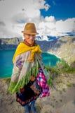 QUITO, EQUATEUR - NOVEMBRE, 25 2016 : Port indigène non identifié de dame âgée vêtements andins typiques devant Photos libres de droits