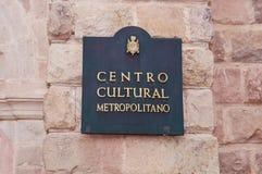 QUITO, EQUATEUR NOVEMBRE, 28, 2017 : Signe instructif de centre culturel métropolitain à l'extérieur au centre historique de Photos libres de droits