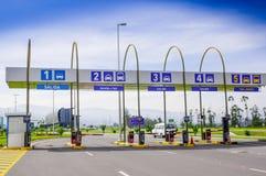 Quito, Equateur - 23 novembre 2017 : Vue extérieure de péage au pénétrer dans de l'aéroport international de sucre de Mariscal du Photographie stock
