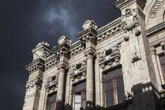 Quito - gammal stad - kolonial arkitekturdetalj Arkivfoton