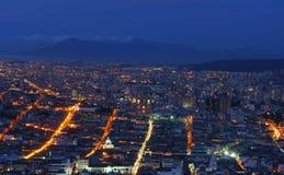 Quito nachts stockbilder
