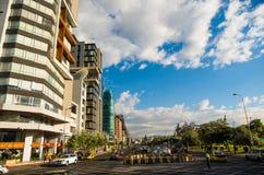 Quito, Pichincha Ecuador - 10. August 2017: Ansicht von der Allee Naciones Unidas zur Shyris-Straße, Nordteil von Stockbild