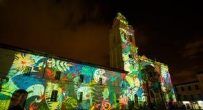 Quito, Pichincha Ecuador - 9. August 2017: Schließen Sie oben vom Schauspiel von den Lichtern, die auf der Fassade der Kirche von Stockfoto
