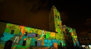 Quito, Pichincha Ecuador - 9. August 2017: Schließen Sie oben vom Schauspiel von den Lichtern, die auf der Fassade der Kirche von Stockbilder