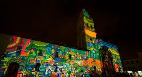 Quito, Pichincha Ecuador - 9. August 2017: Schließen Sie oben vom Schauspiel von den Lichtern, die auf der Fassade der Kirche von Lizenzfreies Stockfoto