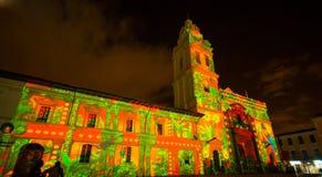 Quito, Pichincha Ecuador - 9. August 2017: Schließen Sie oben vom Schauspiel von den Lichtern, die auf der Fassade der Kirche von Lizenzfreies Stockbild