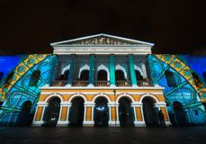 Quito Pichincha Ecuador - Augusti 9 2017: Anblicken av ljus som projekteras på fasaden av Teatroen Sucre, är en händelse Arkivbilder