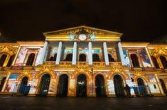 Quito Pichincha Ecuador - Augusti 9 2017: Anblicken av ljus som projekteras på fasaden av Teatroen Sucre, är en händelse Royaltyfri Foto