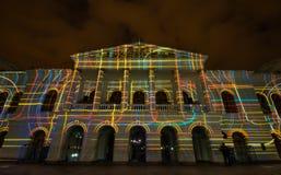 Quito Pichincha Ecuador - Augusti 9 2017: Anblicken av ljus som projekteras på fasaden av Teatroen Sucre, är en händelse Fotografering för Bildbyråer