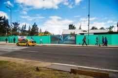Quito, Pichincha Ecuador - 10 Augustus 2017: Niet geïdentificeerde mensen die bij buitenkanten van de metro gevestigde bouw lopen Royalty-vrije Stock Fotografie