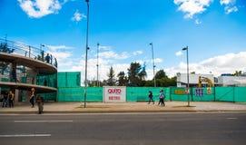 Quito, Pichincha Ecuador - 10 Augustus 2017: Niet geïdentificeerde mensen die bij buitenkanten van de metro gevestigde bouw lopen Stock Afbeeldingen