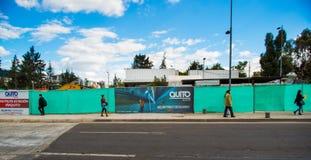 Quito, Pichincha Ecuador - 10 Augustus 2017: Niet geïdentificeerde mensen die bij buitenkanten van de metro gevestigde bouw lopen Royalty-vrije Stock Foto
