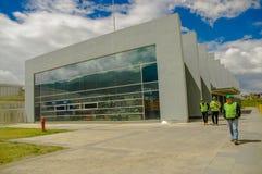 Quito, Pichincha Ecuador - 27 Augustus 2017: Niet geïdentificeerde mensen die de metro bouw gevestigde binnenkant van controleren Royalty-vrije Stock Foto's