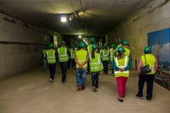 Quito, Pichincha Ecuador - 27 Augustus 2017: Niet geïdentificeerde mensen die en de metro gevestigde bouw lopen controleren Stock Foto's