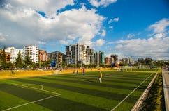 Quito, Pichincha Ecuador - 10 Augustus 2017: Niet geïdentificeerde mensen die voetbal binnen van het deel van het het parknoorden Royalty-vrije Stock Foto